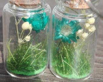 Náušnice - tyrkysové květy a bílé kuličky, sušené květy