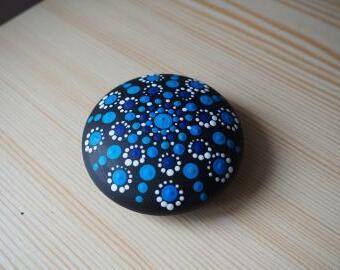 Tečkovaná mandala na kameni