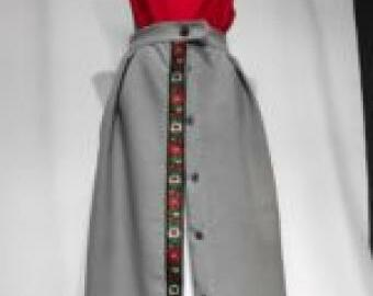 Sivá zapínacia sukňa s folklórnou stuhou