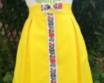 Žltá zvonová sukňa na zapínanie s krojovkou