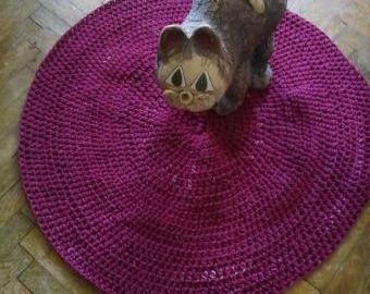 Háčkovaný koberec.